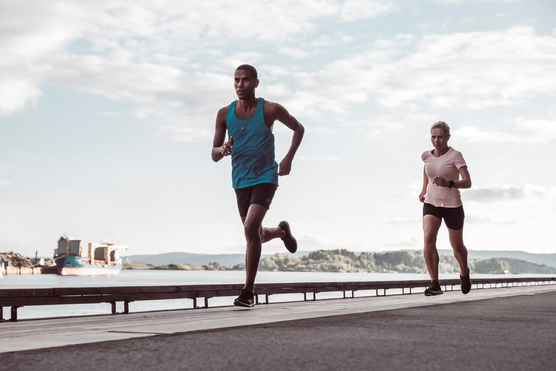 Mann og dame løper