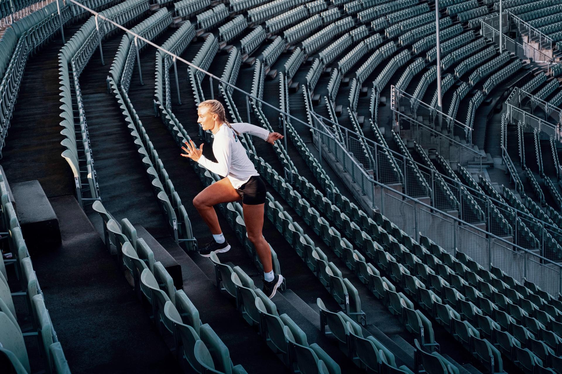 Løper opp trapper
