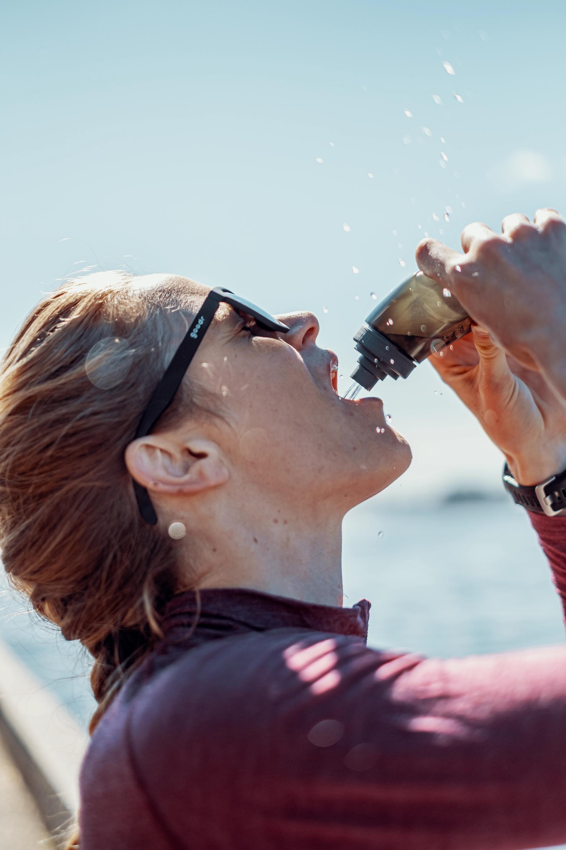 løper drikker vann
