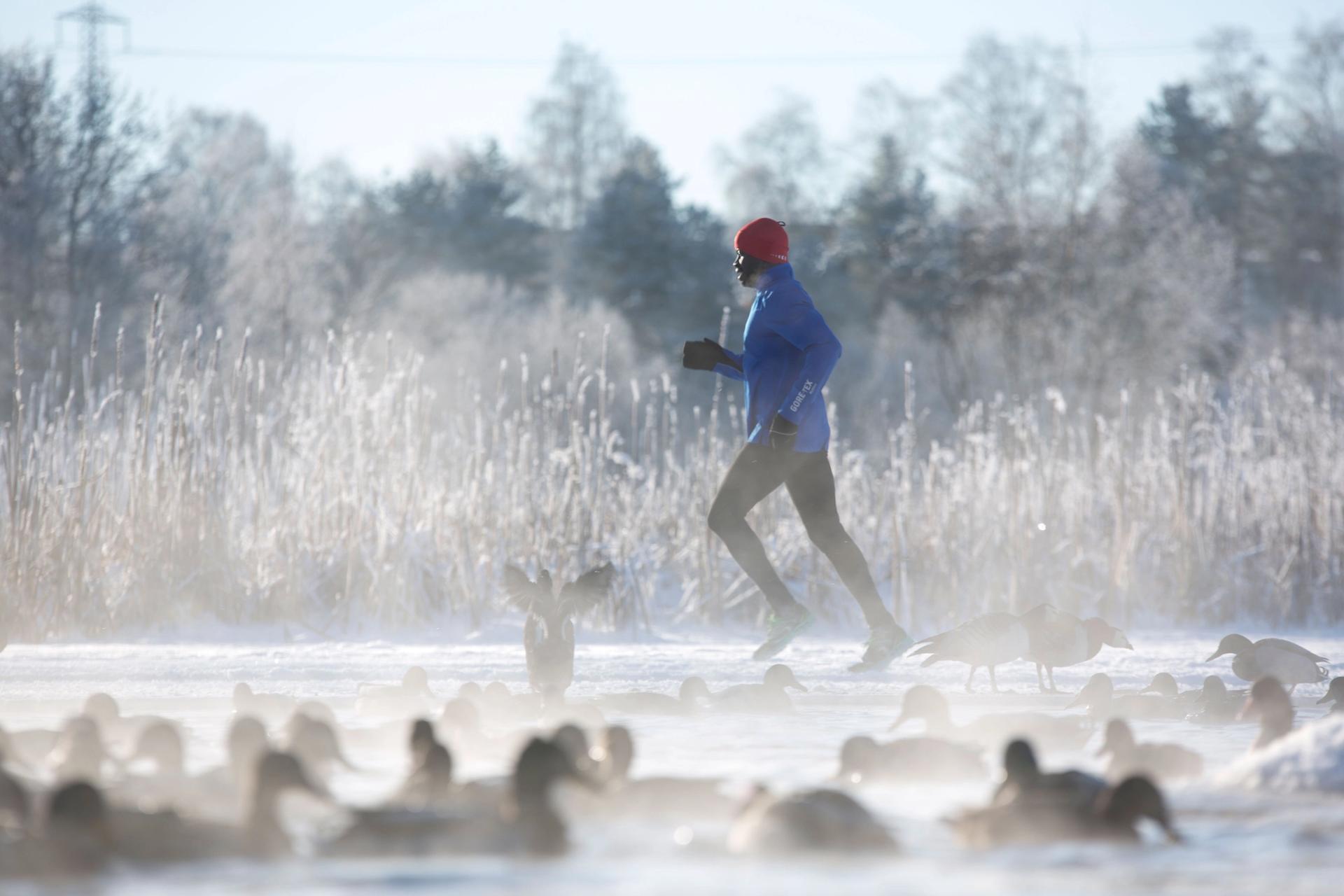 Mann løper ute om vinteren