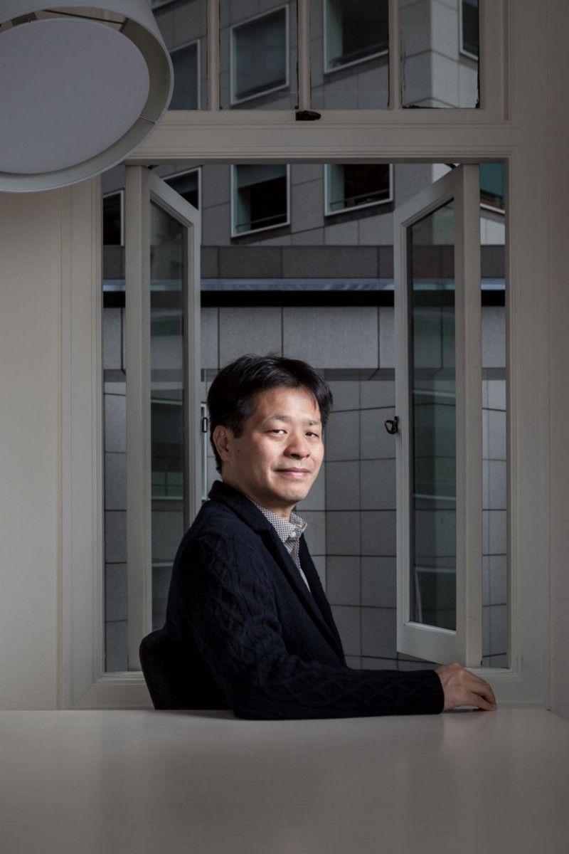 Во время работы над Final Fantasy 6 Ёсинори Китасе стал директором серии. И когда началась разработка Final Fantasy 7, он снова оказался у руля. Коллеги описывают Китасе как более спокойного и тихого, чем многие известные разработчики игр, и говорят, что его чутье киномана сыграло большую роль в оформлении катсцен FF7. В течение многих лет после выхода игры Китасе оставался в Square, руководя разработкой крупнейших игр серии Final Fantasy. В 2017 году он работал продюсером Final Fantasy 7 Remake. | Фотограф: Джонатан Кастильо.