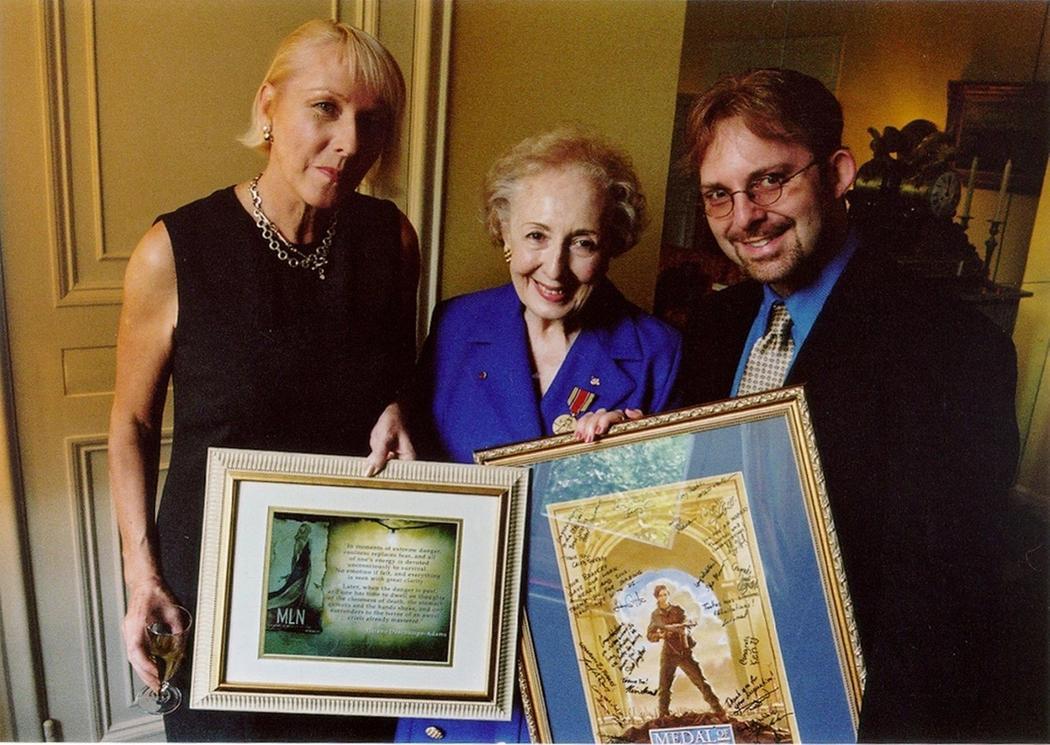 Ланкто вместе с Элен Дешам Адамс после получения ею медали «За выдающуюся службу» в 2000 году.