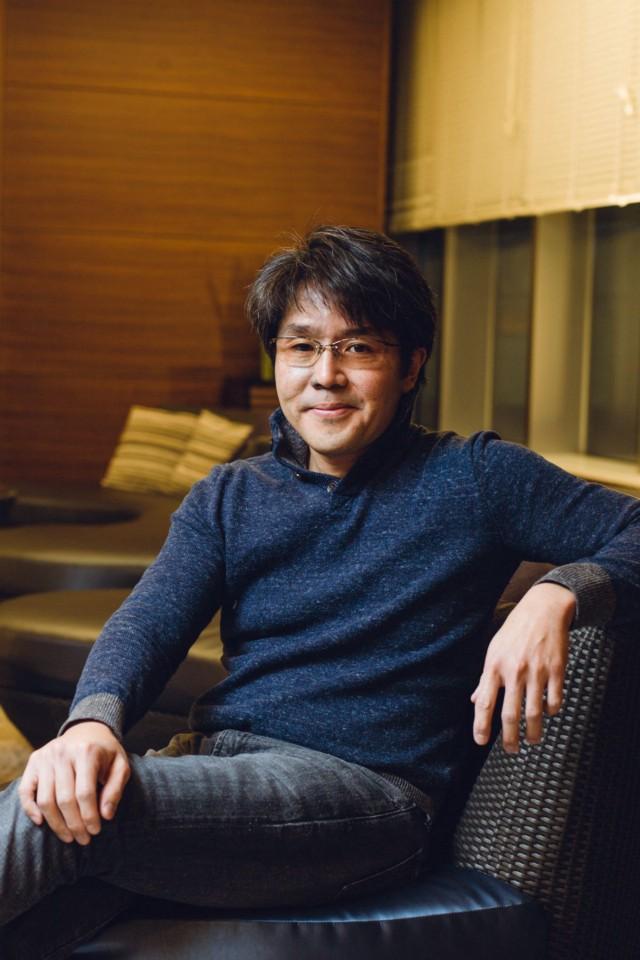 Выпускник Массачусетского технологического института, Хироси Каваи, сначала пошел на собеседование в Square, чтобы стать переводчиком, надеясь, что ему удастся начать карьеру. Позже Square наняла его в качестве геймдизайнера, а затем он быстро продвинулся к тому, чем он действительно хотел заниматься-программированием-и он начал экспериментировать с ранними аппаратами Nintendo 64 и PlayStation, помогать команде с демкой Final Fantasy 6. Он продолжил работать программистом Final Fantasy 7, а затем стал ведущим программистом Final Fantasy 9. В начале 2000-х он покинул Square, чтобы присоединиться к Microsoft, и работал продюсером и ведущим программистом в различных играх, включая Lost Odyssey. После этого он основал собственную студию программирования In Control, которая работает над различными проектами вне игровой индустрии.   Фотограф: Ирвин Вонг.