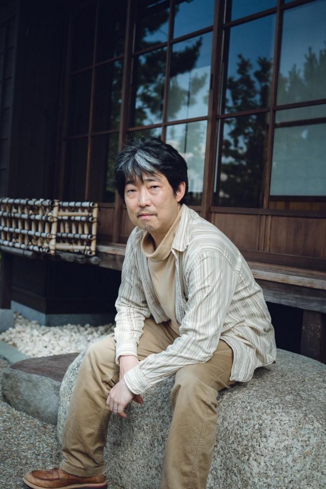Еще студентом Тацуя Ёсинари был настолько большим фанатом ранних игр Final Fantasy, что создал свою собственную ролевую игру и отправил ее Square. Кому-то в компании она настолько понравилась, что ему предложили работу, и в 1995 году он стал программистом настольной игры Koi wa Balance для Super Famicom. Затем он присоединился к команде Final Fantasy 7, в составе которой работал над мини-играми с погонями на мотоциклах и американскими горками, а затем приступил к работе над Parasite Eve и Final Fantasy 9. После этого он ушел в Microsoft и участвовал в разработке Lost Odyssey. По прошествии многих лет он покинул Microsoft и устроился на работу в интернет-компанию Rakuten.   Фотограф: Ирвин Вонг.