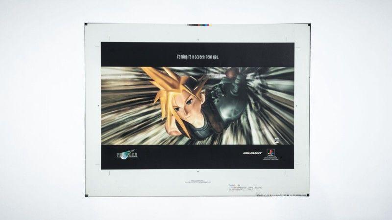 Бамбергер говорит, что американский маркетинговый бюджет на Final Fantasy 7 составлял 10 000 000 долларов, и что большая часть этих средств пошла на телевизионную рекламу, а не игровые медиа, в первую очередь из-за желания Sony привлечь мейнстримную аудиторию. Бюджет также покрыл создание дизайна обложки игры, маркетинговых материалов и бонусных товаров для розничных магазинов. Фотограф: Джонатан Кастильо; материалы предоставлены Дэвидом Бамбергером.