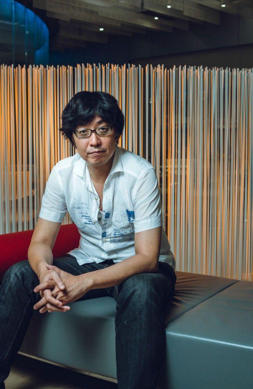 Юсуке Наора начал работу в Square над Final Fantasy 6 в начале 90-х, еще ни разу не сыграв ни в одну ролевую игру. Пару лет спустя он получил должность арт-директора Final Fantasy 7 и остался в Square на два десятилетия, успев поработать над большим количеством игр. В 2016 году он закончил работу над в Final Fantasy 15 в качестве арт-директора, курируя процесс создания персонажей, после чего покинул компанию. Во время интервью с Polygon в июле 2016 года он сказал, что знал о ремейке Final Fantasy 7 не больше, чем остальные. | Фотограф: Ирвин Вонг.
