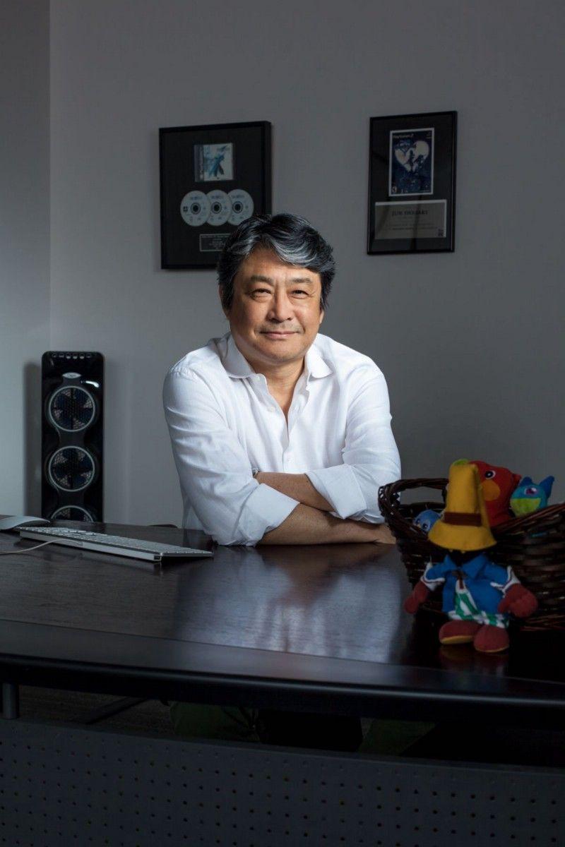 В должности главы западного отдела маркетинга Final Fantasy 7 Дзюн Ивасаки тесно сотрудничал с Sony и рекламными агентствами, чтобы продвигать игру для аудитории, незнакомой с RPG. После выпуска FF7 он занял пост президента американского офиса Square, а затем покинул его в 2004 году из-за разногласий с тогдашним президентом и генеральным директором Square Enix Ёичи Вадой. Ивасаки говорит, что в связи с уходом сильнее всего жалеет о том, что он не застал маркетинговую кампанию Dragon Quest 7 на Западе; он разработал план, чтобы натравить фанатов Final Fantasy и Dragon Quest друг на друга, поскольку игры использовали разные подходы к RPG и после слияния Square с Enix создавались под одной вывеской. Покинув Square, Ивасаки основал XSEED, небольшое издательство, выпускающее японские игры на Западе. А в 2012 году он возглавил GungHo Online Entertainment America, американское подразделение компании, создавшей Puzzle & Dragons. | Фотограф: Джонатан Кастильо.