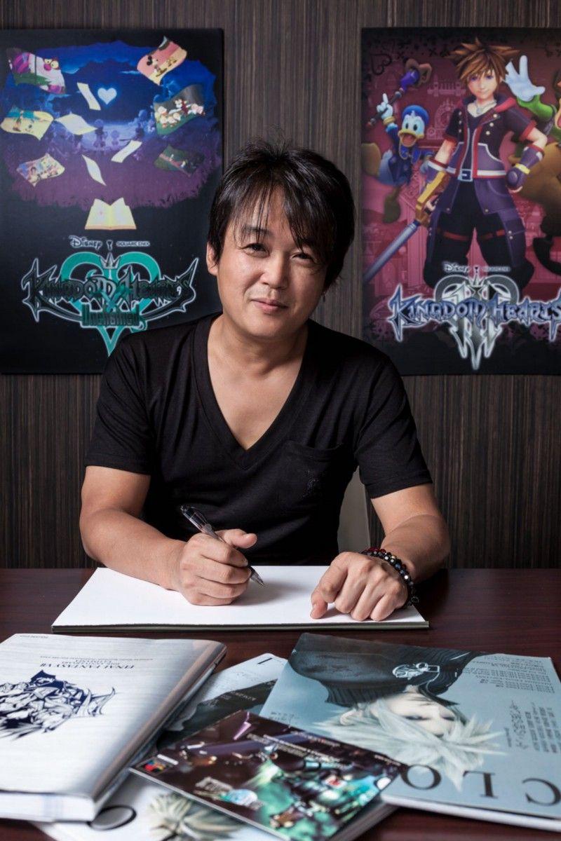 Один из старейших дизайнеров персонажей Square, Тэцуя Номура начал с серии Final Fantasy в качестве тестера FF4. Стех пор он вносит свой вклад в серию различными способами. Он также принимает участие в работе над многими другими играми Square, в первую очередь Kingdom Hearts. В 2014 году, после нескольких лет работы в качестве директора Final Fantasy 15, Номура оставил эту должность, и Square не дала четких публичных объяснений на этот счет. После этого он продолжил руководить разработкой Kingdom Hearts 3, Final Fantasy 7 Remake и участвовать в других художественных и дизайнерских проектах. | Фотограф: Джонатан Кастильо.