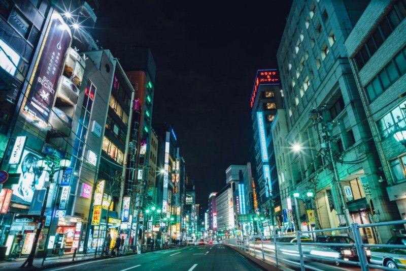 После новостей о том, что Final Fantasy 7 разошлась на Западе миллионным тиражом, группа из Square Japan отправилась в бар в токийском районе Роппонги, чтобы отпраздновать это событие. | Фотограф: Ирвин Вонг.