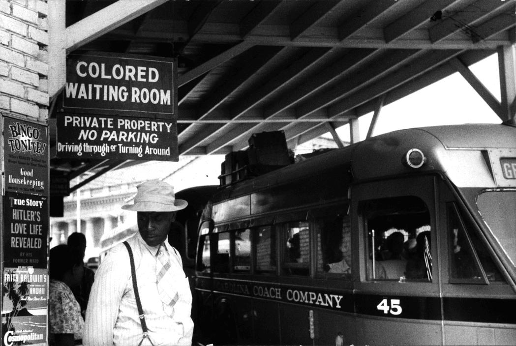 Во времена джимкроуизма (до 1964 года) в некоторых городах можно было увидеть множество табличек вроде «Зал ожидания для цветных», «Вода для цветных» и так далее