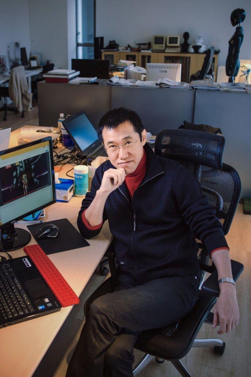 Казуюки Хашимото, одна из ключевых фигур, стоящих за технологической стороной Final Fantasy 7, присоединился к Square в 1995 году, уже имея опыт работы в 3D-графике от производителя компьютеров Symbolics. В Square он создал новый графический конвейер и собрал команду инженеров, которые сначала работали над технической демонстрацией Final Fantasy 6: The Interactive CG Game. Закончив работу над ней и FF7, он сыграл аналогичную роль в создании конвейера и команды для студии Square в Гонолулу-там работали над фильмом Final Fantasy: The Spirits Within; Хашимото покинул компанию после закрытия этой студии. После Square он присоединился к Electronic Arts, чтобы помочь ей освоить раннее оборудование PlayStation 3, а затем стал президентом стартапа Avatar Reality на Гавайях. В 2012 году он присоединился к технологическому гиганту Nvidia. | Фотограф: Ирвин Вонг.