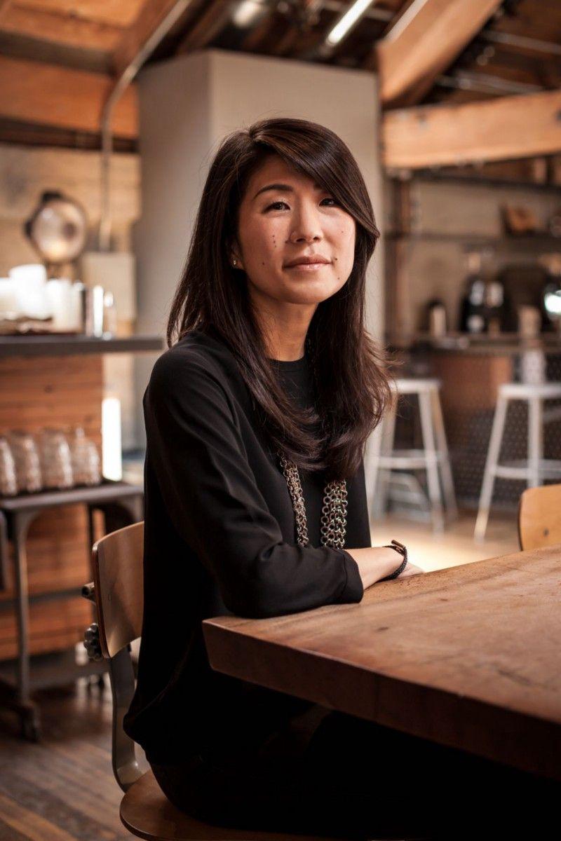 Начав свою карьеру в юридическом отделе Honda, Киоко Хиго вскоре пришла в офис Square в США в качестве помощника по маркетингу, а также редактора переводов. В случае Final Fantasy 7 это означало, что нужно было работать в ночную внеурочную смену, чтобы систематизировать и переводить описание багов, обнаруженных калифорнийским офисом, и отправлять их обратно команде разработчиков в Токио. В 2004 году она покинула компанию и присоединилась к стартап-издателю XSEED вместе с горсткой бывших сотрудников Square. Затем, в 2006 году, она стала фрилансером, работая консультантом, переводчиком и менеджером по развитию бизнеса во многих крупнейших игровых компаниях Японии. | Фотограф: Джонатан Кастильо.