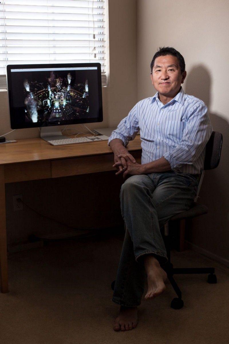 В начале 90-х Ёсихиро Маруяма работал на японского гуру менеджмента Кена Омаэ, у которого было множество контактов в игровой индустрии. И в 1994 году Омаэ взял Маруяму на встречу с бывшим президентом Nintendo Хироси Ямаути, который, в свою очередь, познакомил их обоих с высшим руководством Square. Год спустя Square наняла Маруяму для управления штаб-квартирой компании в США. Как глава офиса в Коста Меса он курировал релиз FF7 на Западе и подписал соглашения о выпуске игры на ПК в США, Европе и Корее. В 2003 году Маруяма возглавил подразделение Microsoft Xbox в Японии. В последние годы он работал агентом-в частности, свел известного японского игрового сценариста и геймдиректора Ясуми Мацуно с независимой студией Playdek для создания ролевой игры Unsung Story. | Фотограф: Джонатан Кастильо