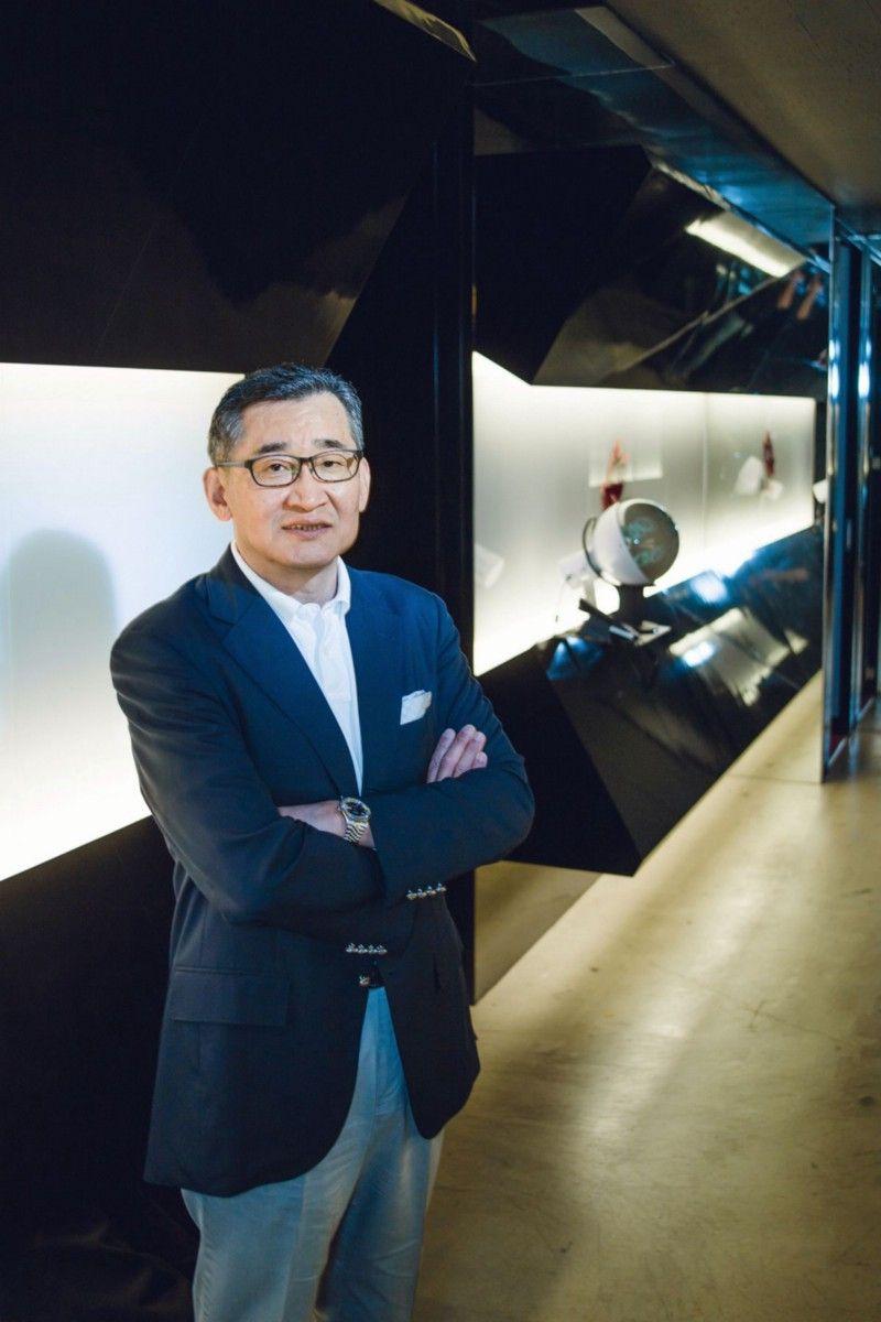 В 1990 году, работая в Shikoku Bank, Томоюки Такечи начал сотрудничать с Square в управлении финансами. Он помог компании выйти на биржу в 1994 году, а затем присоединился к ней в 1996 году-как раз когда Square выбирала платформу для FF7 между Nintendo и Sony. В качестве президента и главного исполнительного директора Square он вел переговоры с Sony по поводу релиза Final Fantasy 7 на PlayStation. В 2000 году он стал председателем совета директоров Square, а в 2001 году ушел, взяв на себя финансовую ответственность за происходящее в компании. После работы в Square он работал президентом студии разработки AQ Interactive и входил в советы директоров различных компаний, связанных с игровой индустрией. | Фотограф: Ирвин Вонг.
