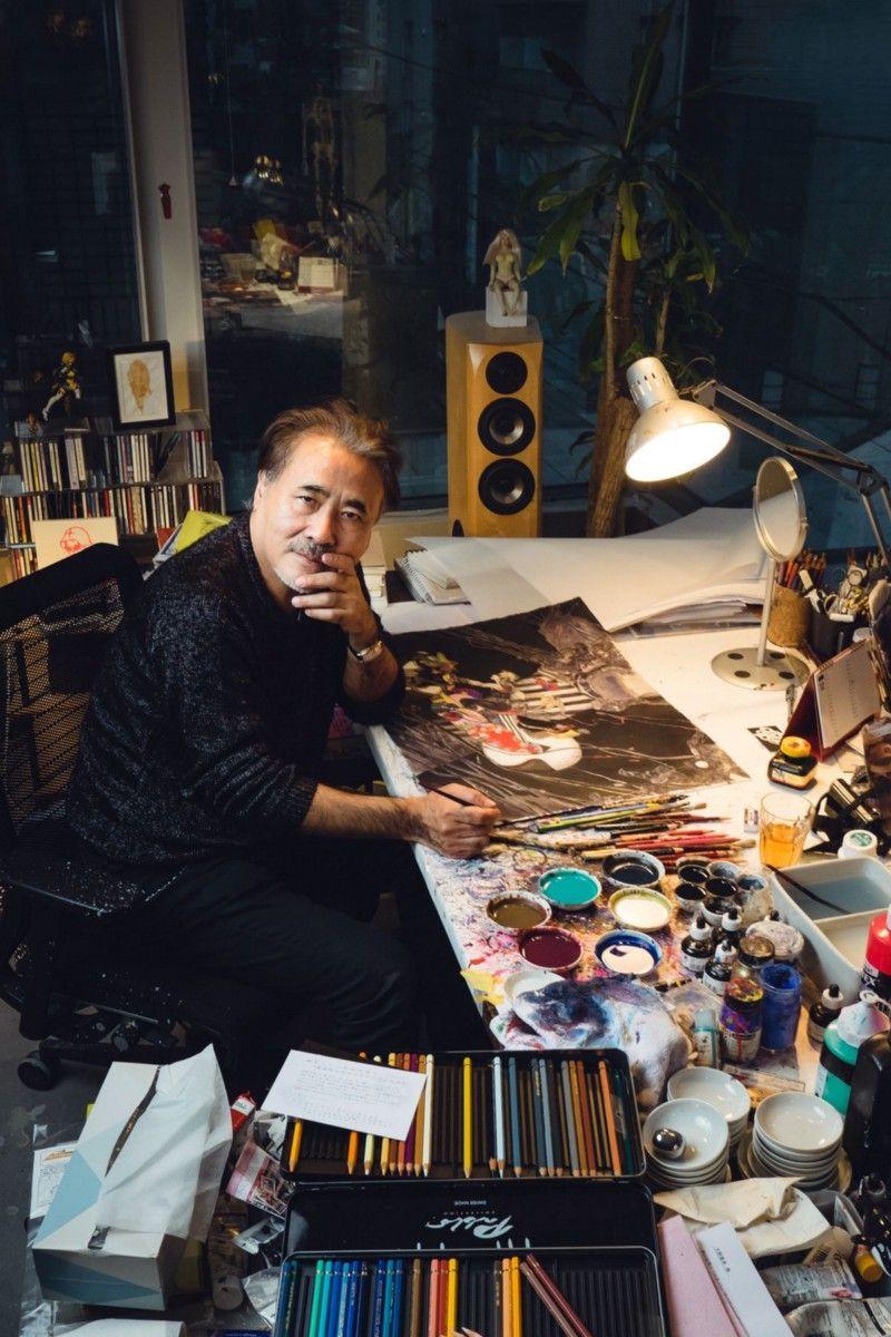 Пожалуй, самый известный член команды Final Fantasy, который никогда не работал в штате Square, Ёситака Амано начал свою карьеру в 60-х годах в качестве иллюстратора, работающего над такими аниме как Speed Racer. В 80-х он стал фрилансером. Он работал над Final Fantasy с первой игры, начав с ранних рекламных работ, хотя он и предпочитает держаться вдали от внутренней кухни Square. Сегодня Амано-один из самых популярных художников в Японии, время от времени продающий новые работы за шестизначные суммы, иногда заходя на территорию видеоигр и Final Fantasy в частности.| Фотограф: Ирвин Вонг.