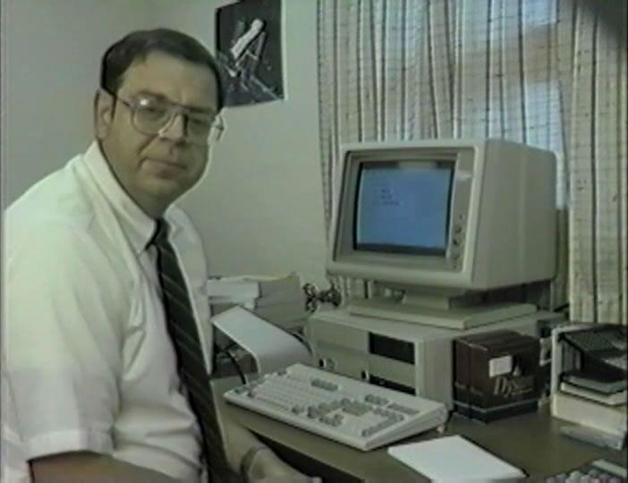 Джон Хайлз показывает программную платформу Entryway, разработанную Delta Logic. Скриншот снят из видеоархива Сьюзан Хайлз. (6)