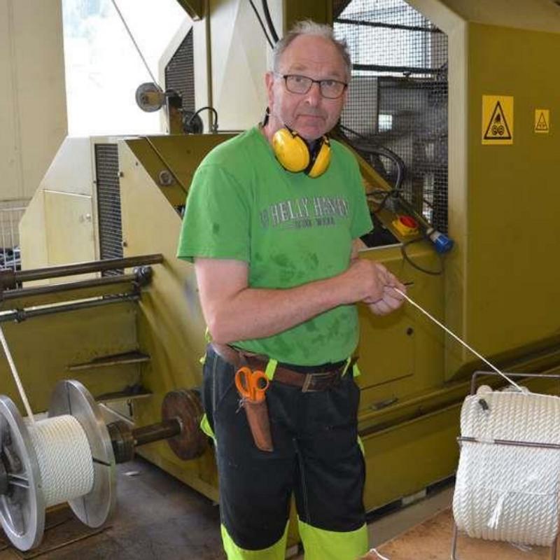 Måndag blir Lars Solheim (70) pensjonist etter å ha jobba med tau og tauverk ved AS Fiskevegn på Flatraket i førti år. Då kuttar han tråden for godt.