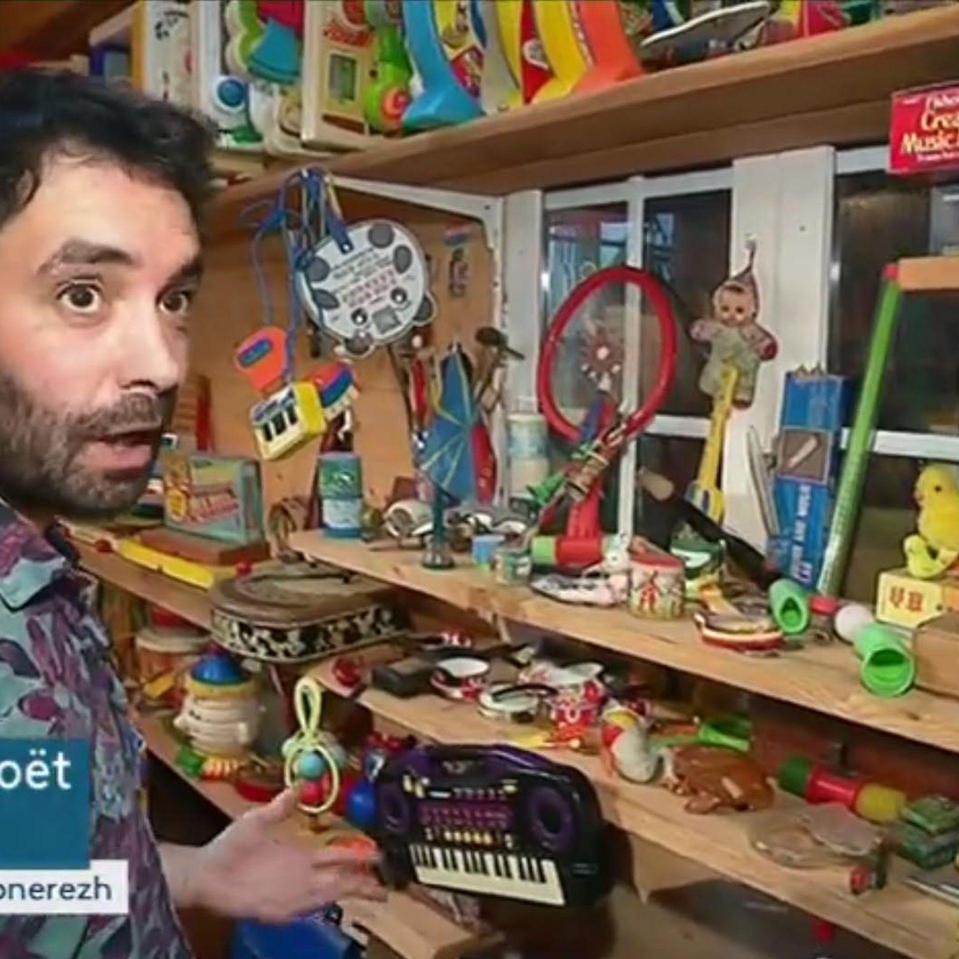 """Chapi Chapo s'amuse avec 73 jouets d'enfants pour enregistrer son album """"Collector"""""""