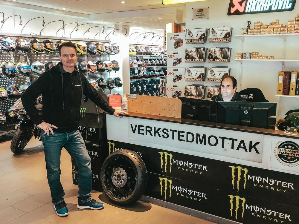 Torgeir og Kjetil ved verkstedmottaket