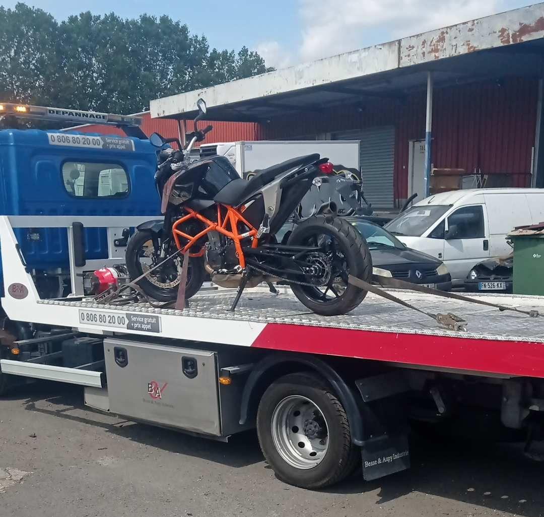 Moto KTM Duke 690 sur plateau remorqueur