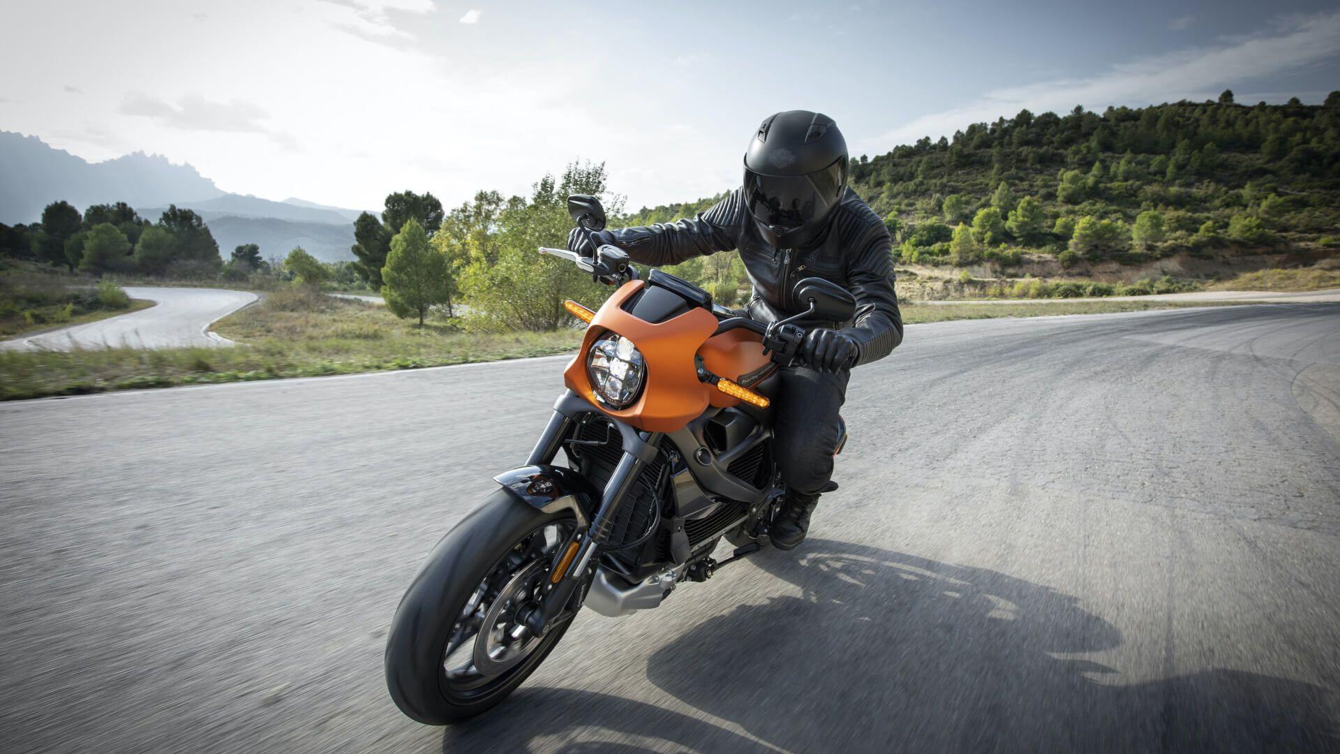 Un motard sur Harley Davidson photographié dans un virage