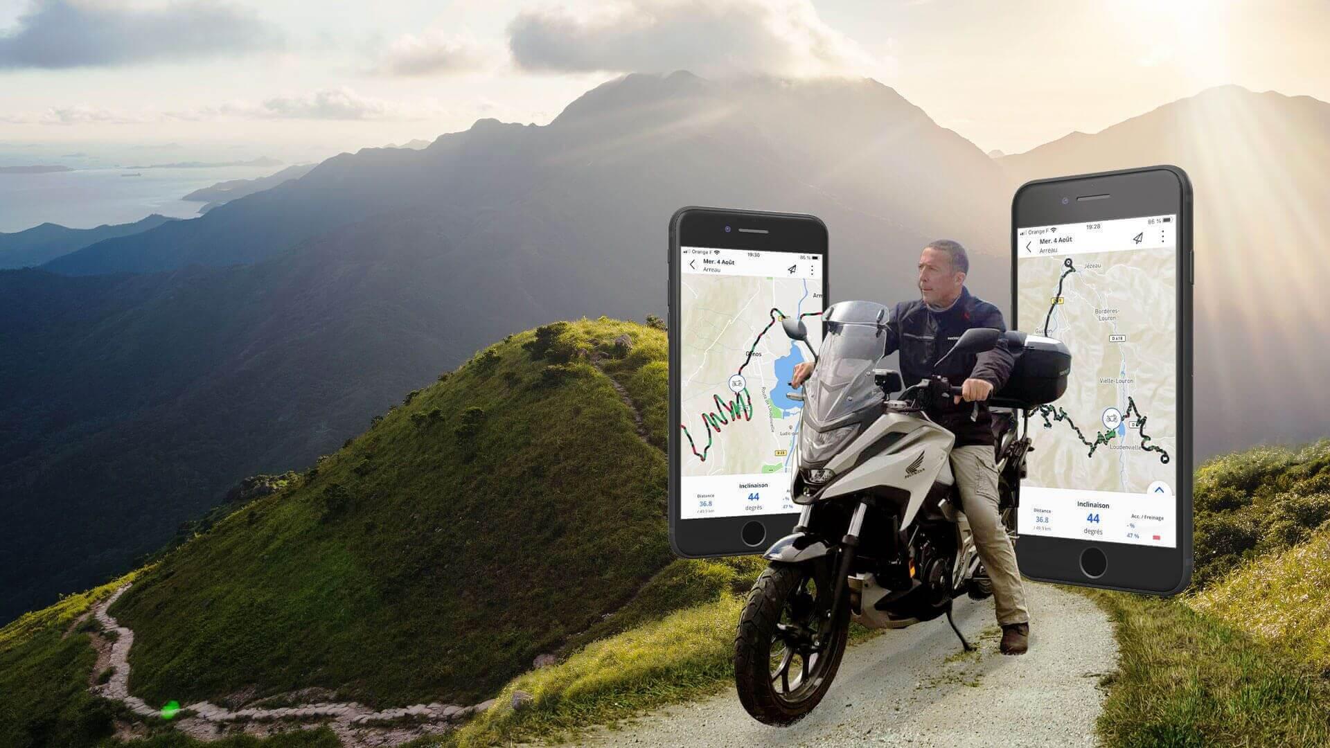 Un motard en selle sur une route au milieu d'un paysage montagneux : roadtrip moto