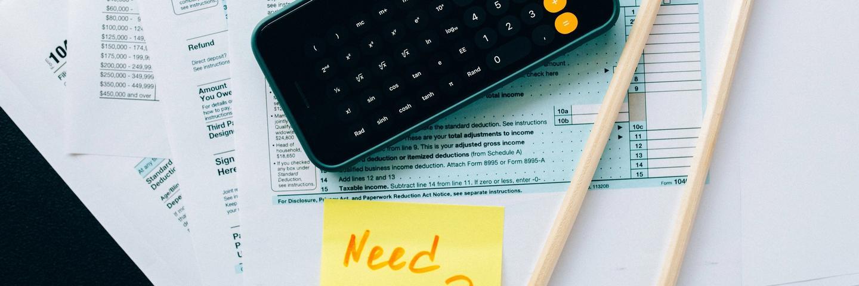 Une calculatrice posée sur des documents