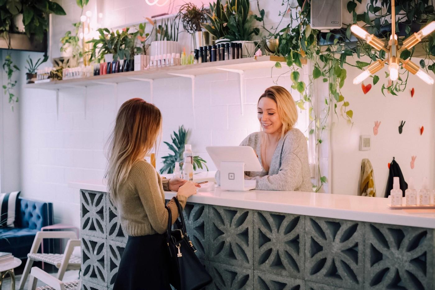 Une femme en train de payer dans un magasin