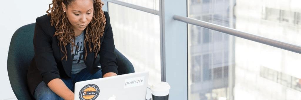 Une conseillère en gestion de patrimoine devant un ordinateur