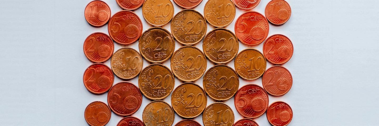 Des pièces de centimes d'euro sur une table