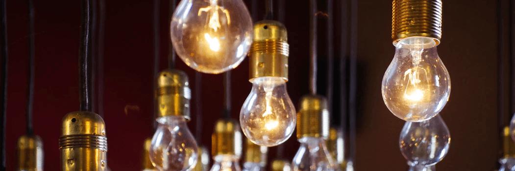 Des ampoules qui pendent d'un plafond