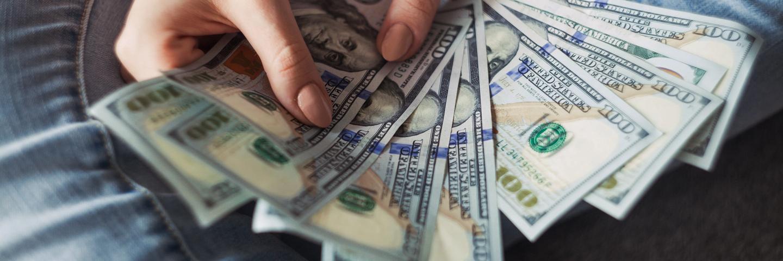 Une femme avec des billets dans les mains
