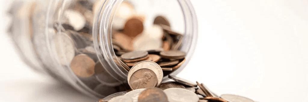 économiser : de l'argent dans un bocal renversé