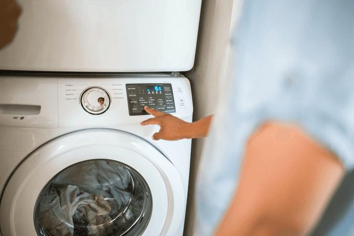 Une personne en train de lancer une lessive