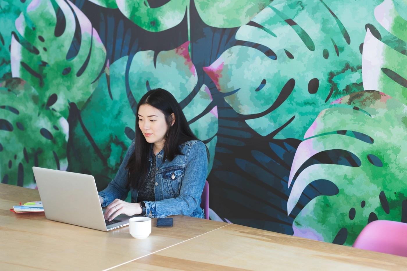 Une freelance travaille sur un ordinateur