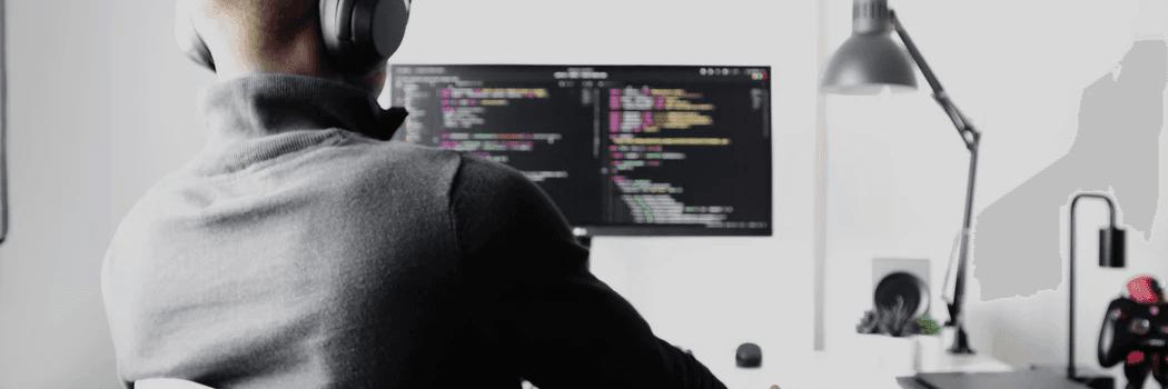 Un freelance informatique devant un ordinateur