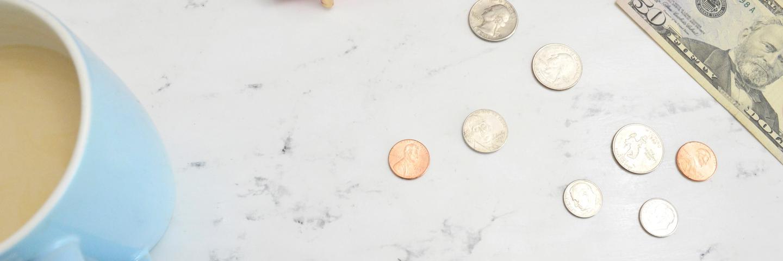 Des pièces et billets sur une table