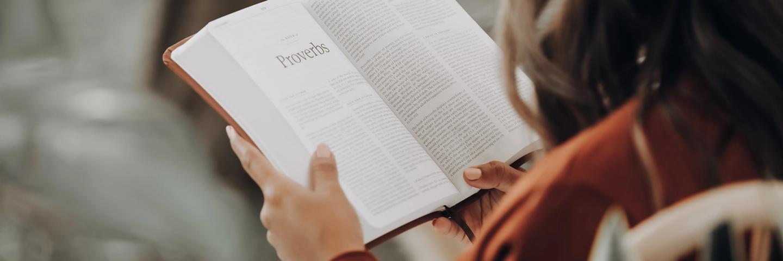 Une femme en train de lire un livre