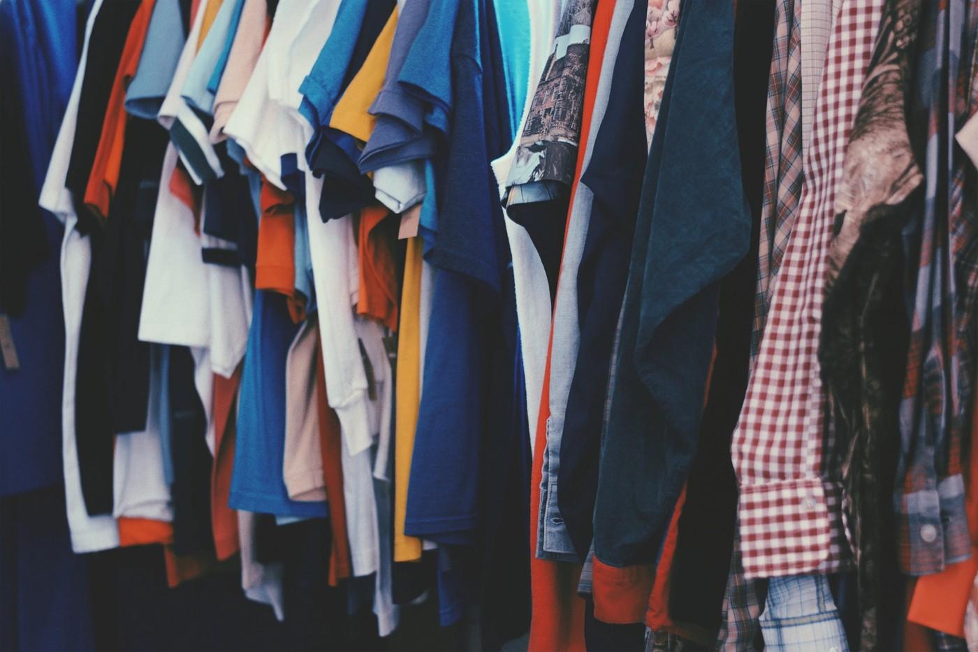 Beaucoup de vêtements dans une armoire