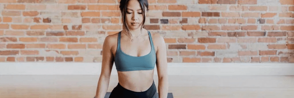 Une femme qui fait du sport à la maison