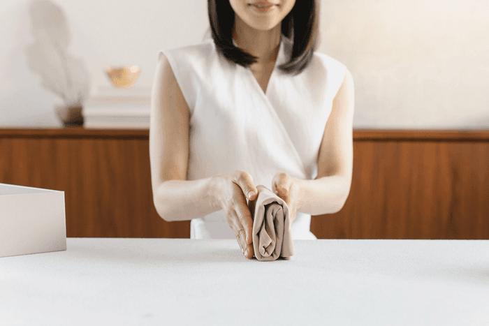 Marie Kondo en train de plier un t-shirt