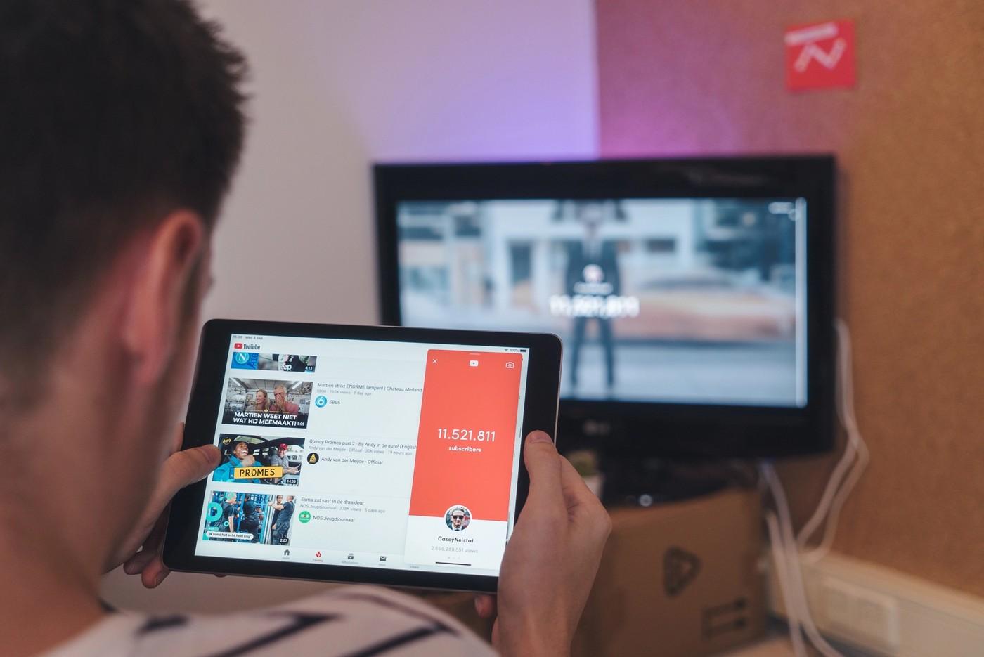 Une personne en train de regarder des vidéos YouTube