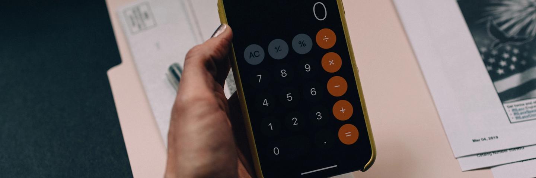 Une personne qui calcule son budget base zéro