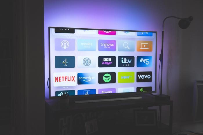 Une télévision allumée dans le noir