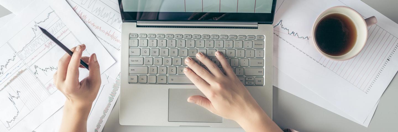 Une femme en train de choisir dans quoi investir sur ordinateur