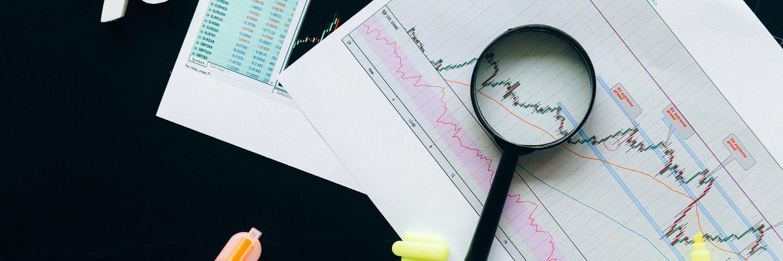 Des analyses en bourse et une loupe