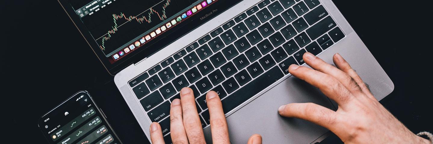 Une personne achète une action sur un ordinateur
