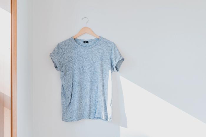 Un tshirt à vendre pendu sur un ceintre