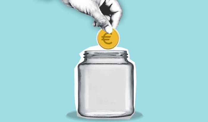 Une main met un euro dans un pot