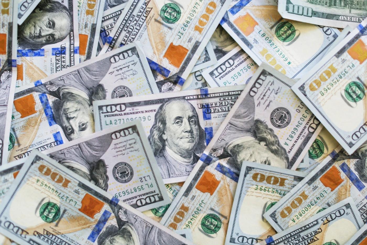 Des billets de dollars americains et frais bancaires
